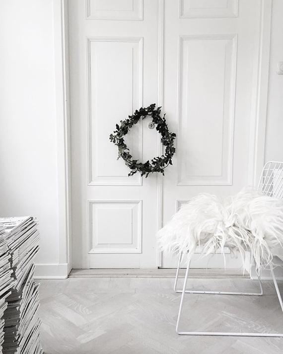 Créez une déco de Noel scandinave avec une couronne végétale et minimaliste