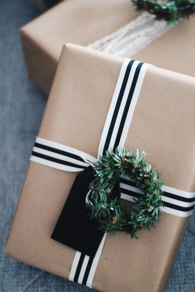 Décorez votre emballage cadeau en kraft d'un joli ruban noir et blanc