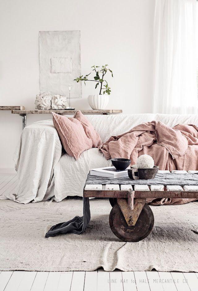 Une déco cosy avec ce canapé recouvert de textiles en lin