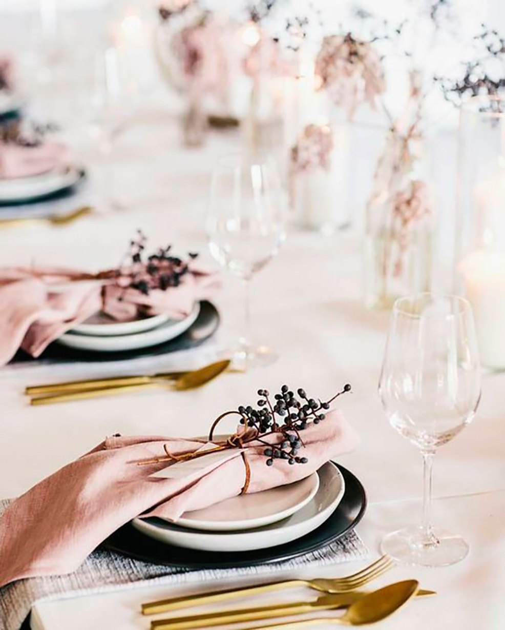 Une décoration de table romantique en rose poudré