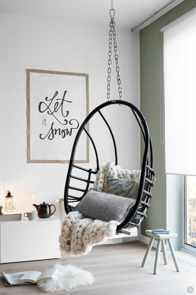 le fauteuil suspendu une idee deco pour un salon cosy cet hiver