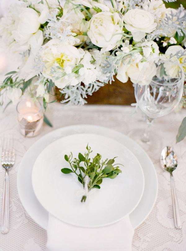Une jolie table romantique et blanche