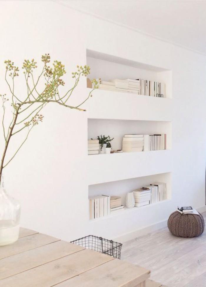 Déco d'une bibliothèque murale blanche dans un salon