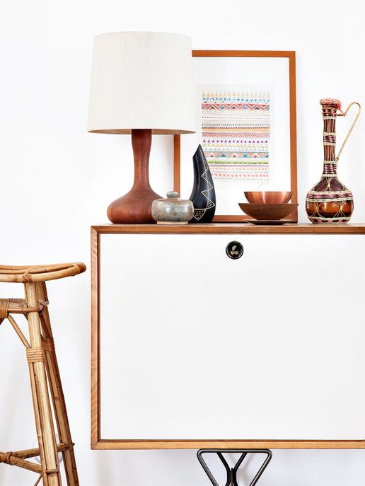 Une déco bohème chic dans le salon, avec une lampe vintage sur la commode