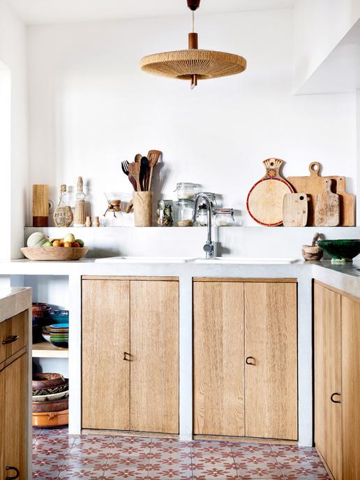 Une cuisine à la déco bohème en bois blond naturel