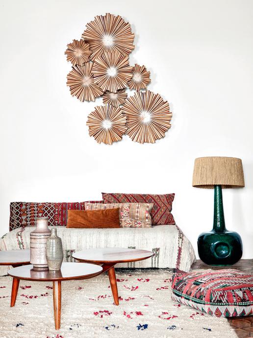 Un salon à la déco bohème, avec ces coussins ethniques et ce tapis marocain
