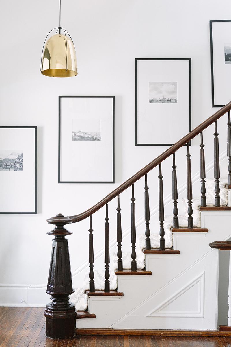 Idée déco pour une entrée en noir et blanc, avec un magnifique plafonnier doré