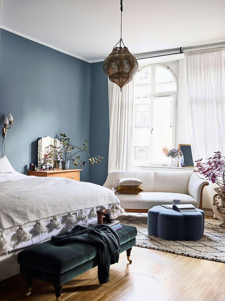 Une décoration chic et élégante pour cette chambre parentale aux murs bleus