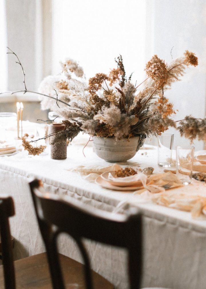 Décorer un centre de table avec un bouquet de fleurs séchées