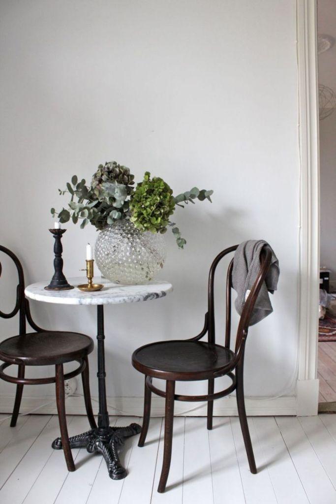Hortensia et eucalyptus pour décorer la table de la salle à manger