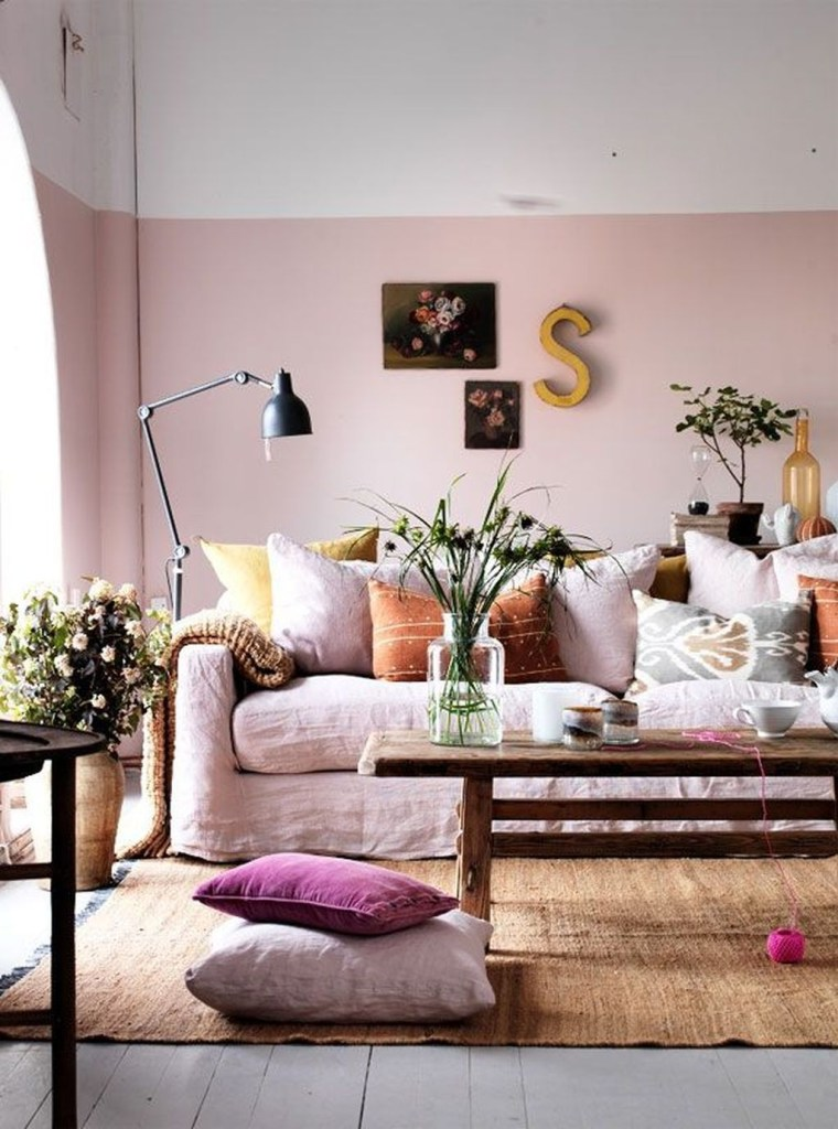 Un salon à la déco rose pastel