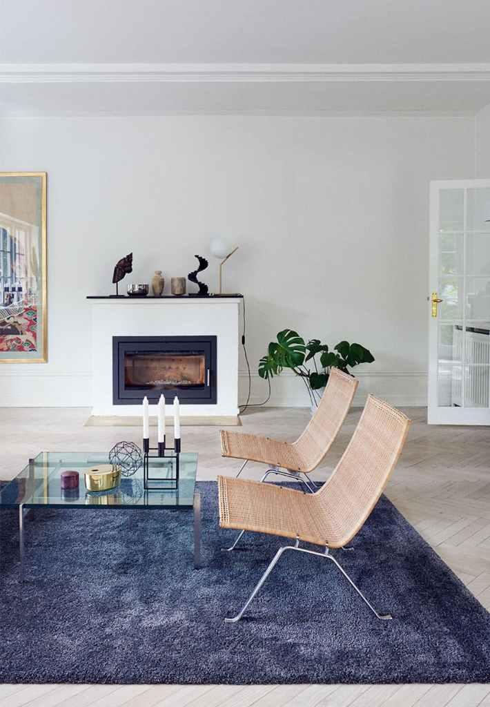 Une cheminée blanche et bleu dans un salon contemporain