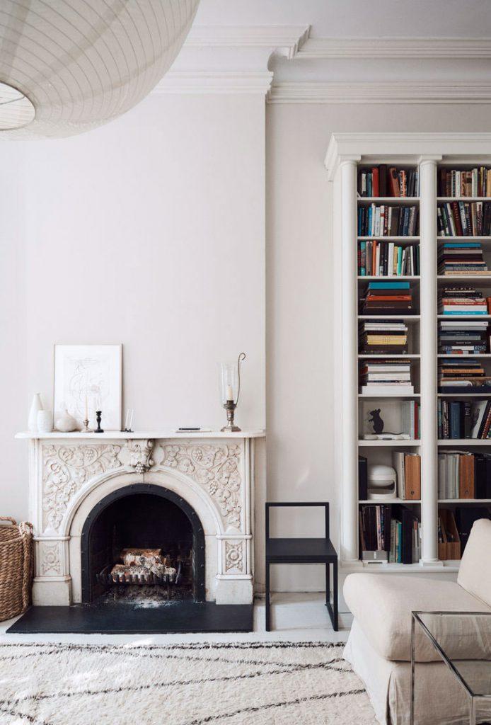Une cheminée ancienne dans un salon cosy