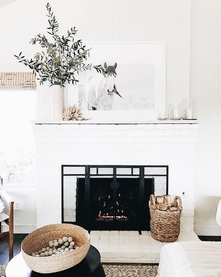Une cheminée scandinave dans un salon en noir et blanc