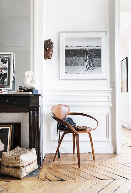 Un coin lecture aménagé dans un appartement parisien