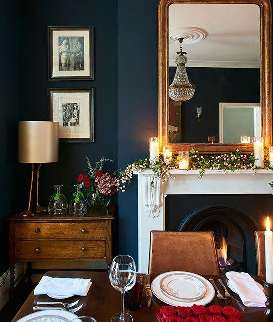 Décorer une cheminée pour Noel avec des bougies, des guirlandes et du houx
