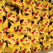 pikachu-peluche-pokemon-center-mascotte-apparition-pokeball-manga-tv-anime-streaming-legal-gratuit