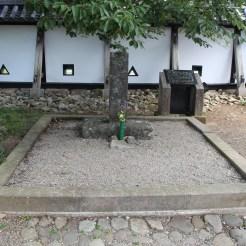 Grabmal vor der Burg