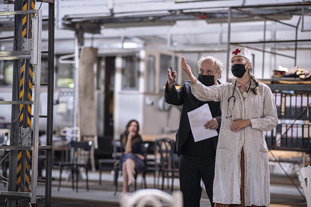 """Mann mit Hut Touren: Architekturführungen zur Industriekultur zum Theaterspektakel """"Die letzten Tage der Menschheit"""". Bild von den Proben. Foto © Sebastian Kreuzberger/slkphoto.at"""