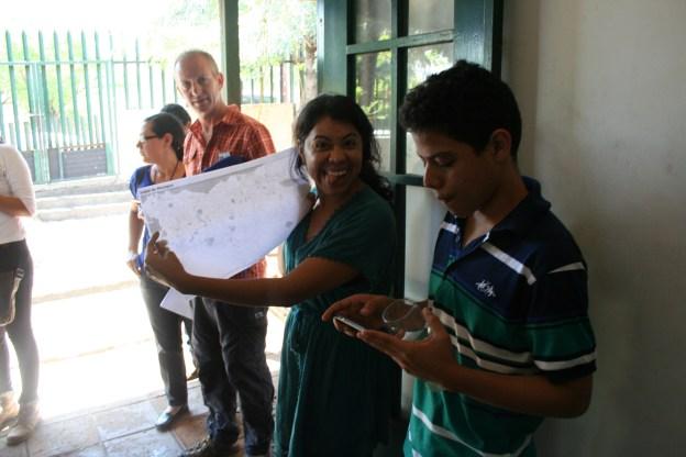 Algunos participantes en la Fiesta de Mapeo saliendo a mapear.
