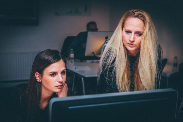 Deux femmes qui travaillent en binôme