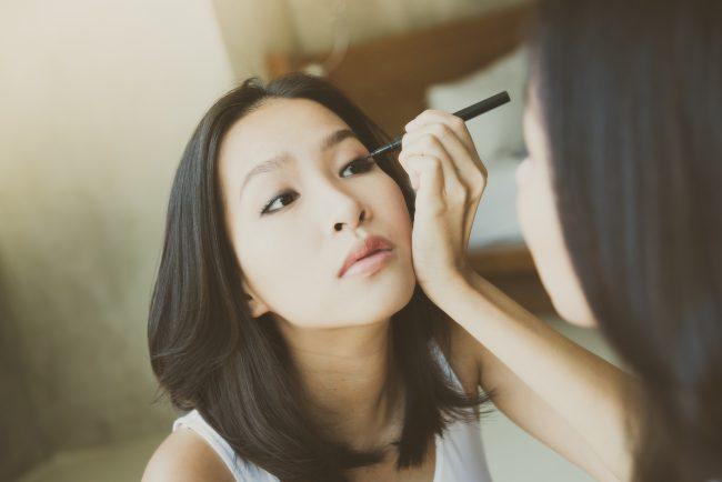 Winged-liner-untuk-menonjolkan-makeup-mata-