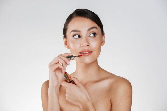 Tips-Lipstik-Tahan-Lama-Hindari-Memakai-Lip-Gloss