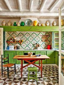 Tienes una cocina tradicional, el verde como protagonista.
