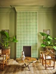Desde el tono de la pared y con acompañamiento de la naturaleza, siempre plantas de interior con hojas verdes y grandes, la madera natural