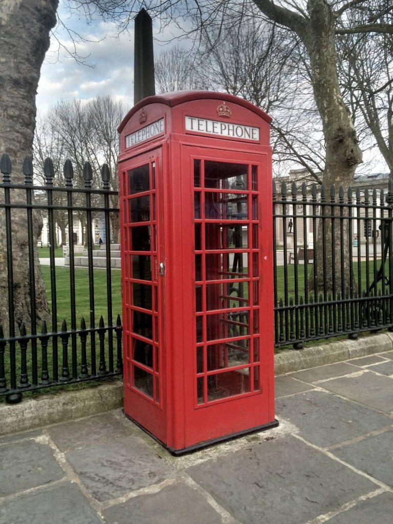 No se legendaarinen brittiläinen puhelinkoppi.