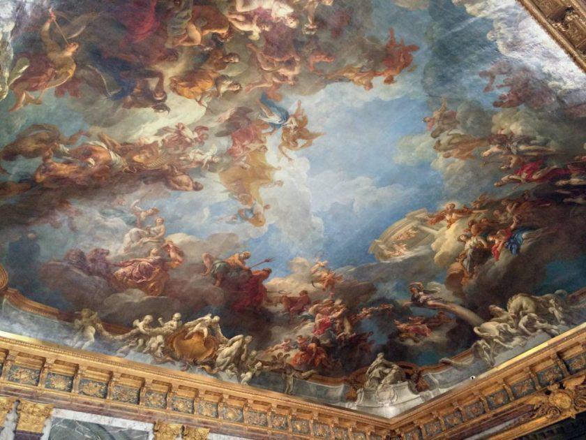 Uskomattoman yksityiskohtaisia Versailles'n palatsin kattomaalauksia.