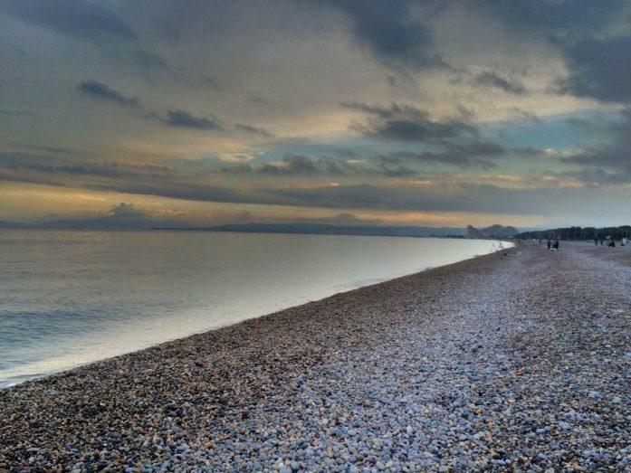 Antibesin kivikkoista rantaa.