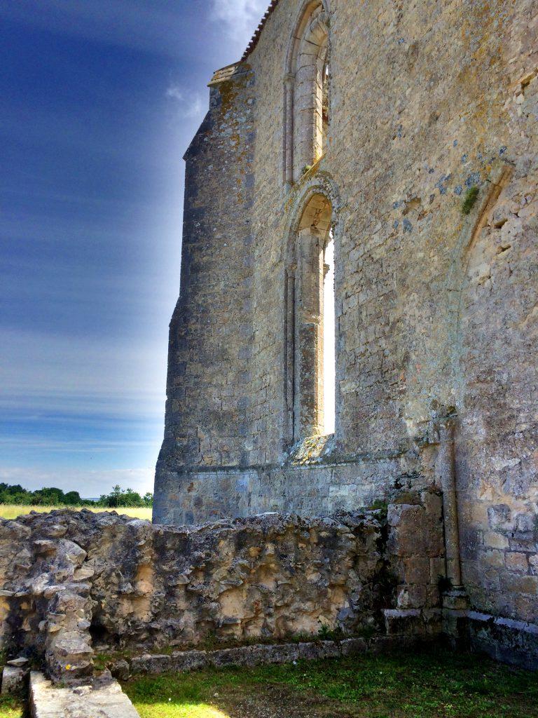 Luostarista muistuttivat enää vain seinät.