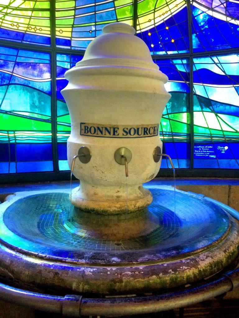 Vettä sai juoda suoraan lähteestä, mutta pulloja sai ostaa viereisestä myymälästä 10 sentillä.