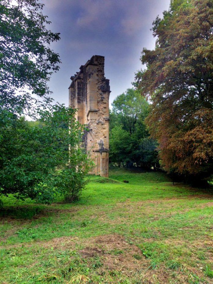 Luostarin ympärillä näkee paljon arkeologisia kaivauksia, jotka ovat rahojen loppuessa jääneet siistimättä.