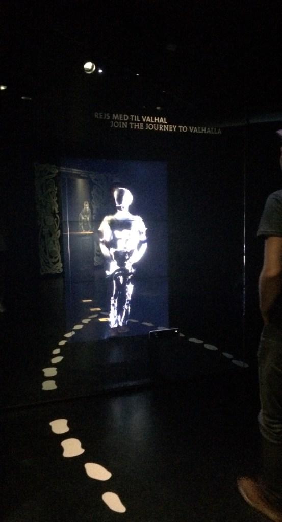 Viikinkimuseossa pääsi testaamaan, miltä näyttäisi kolmiulotteisena viikinkinä.