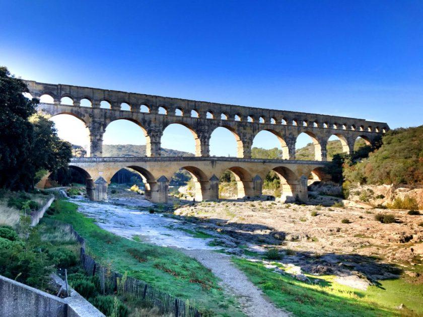 Gard-joki on ajan saatossa kuihtunut ja veneen sijaan akveduktin pystyy alittamaan kävellen.
