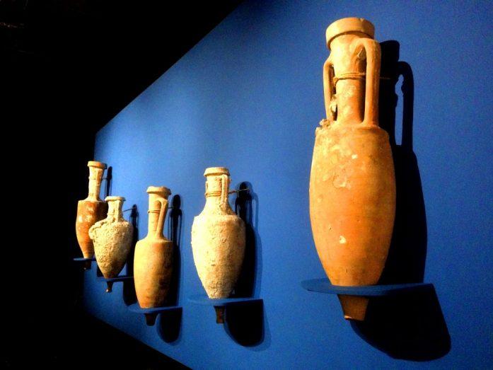 Vartioidulla museoalueella oli myös alkuperäisiä vaaseja.