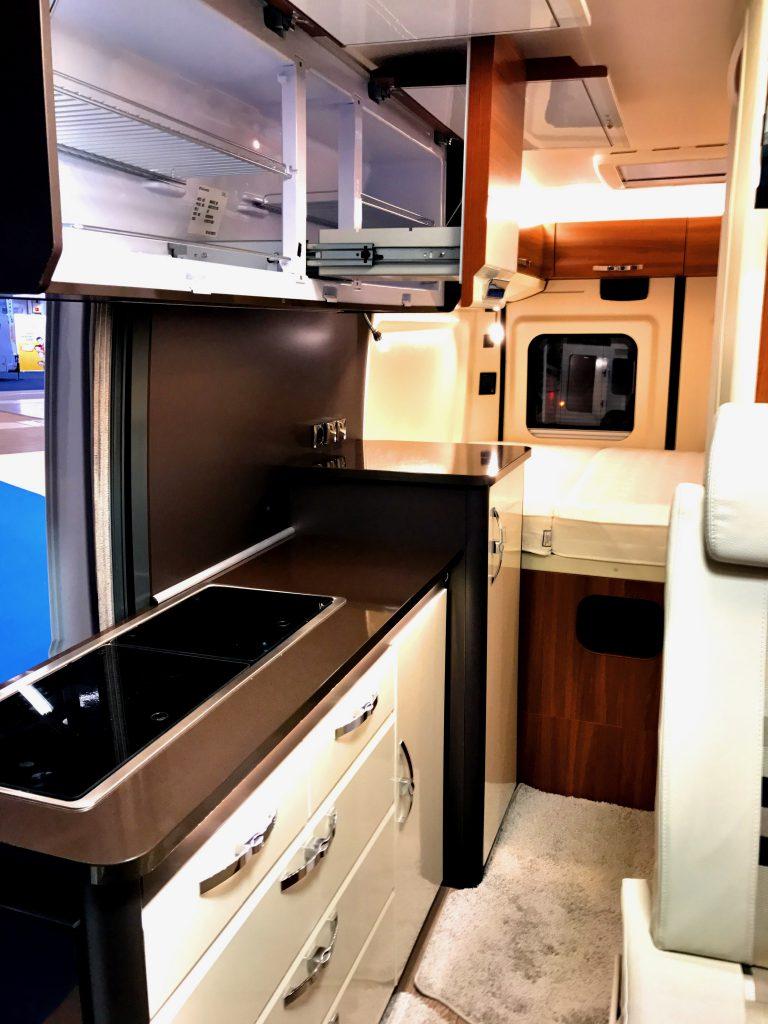 Hobbyn uudessa Vantana -retkeilyautomallistossa jääkaapit on nostettu ylös ja käänneety vaakatasoon.