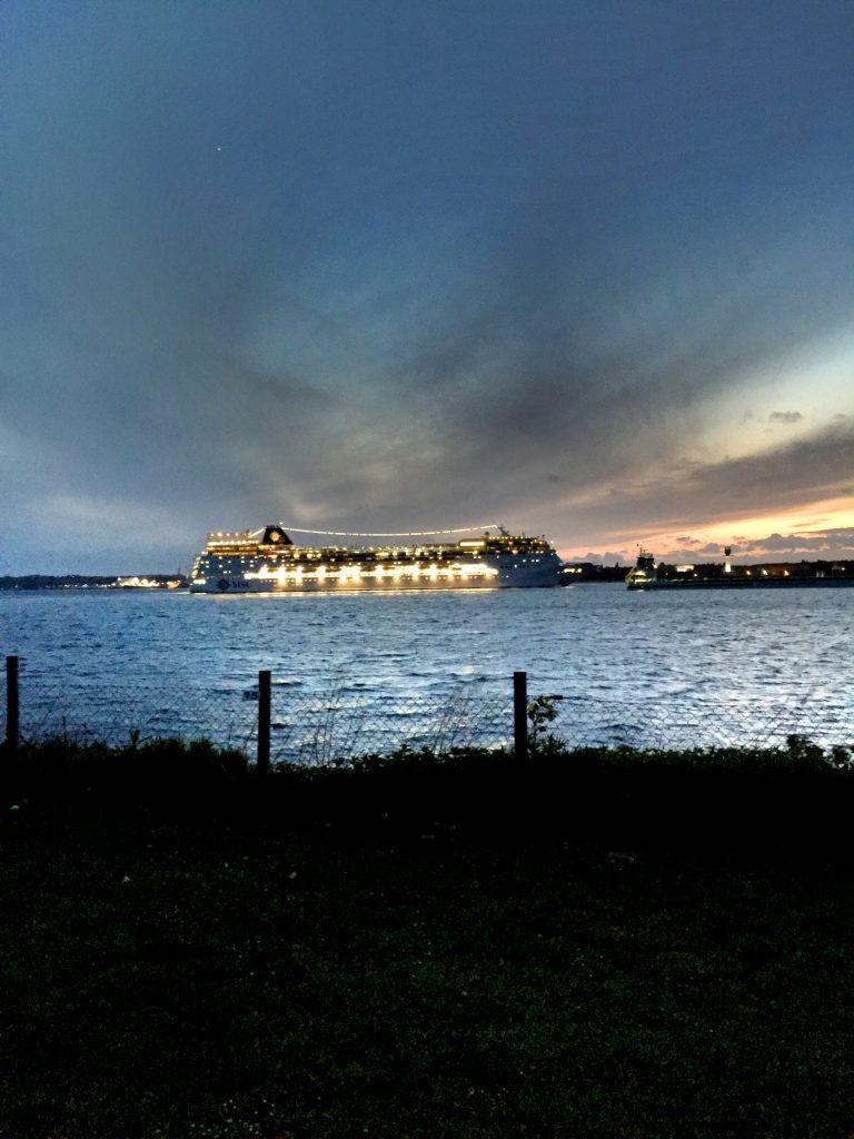 Kielin sataman lähistöllä on laivabongarin unelmaleirintäalue. Autot ajetaan korkean törmän päälle josta on esteetön näkymä kanavan suulle ja Kielin satamaan.