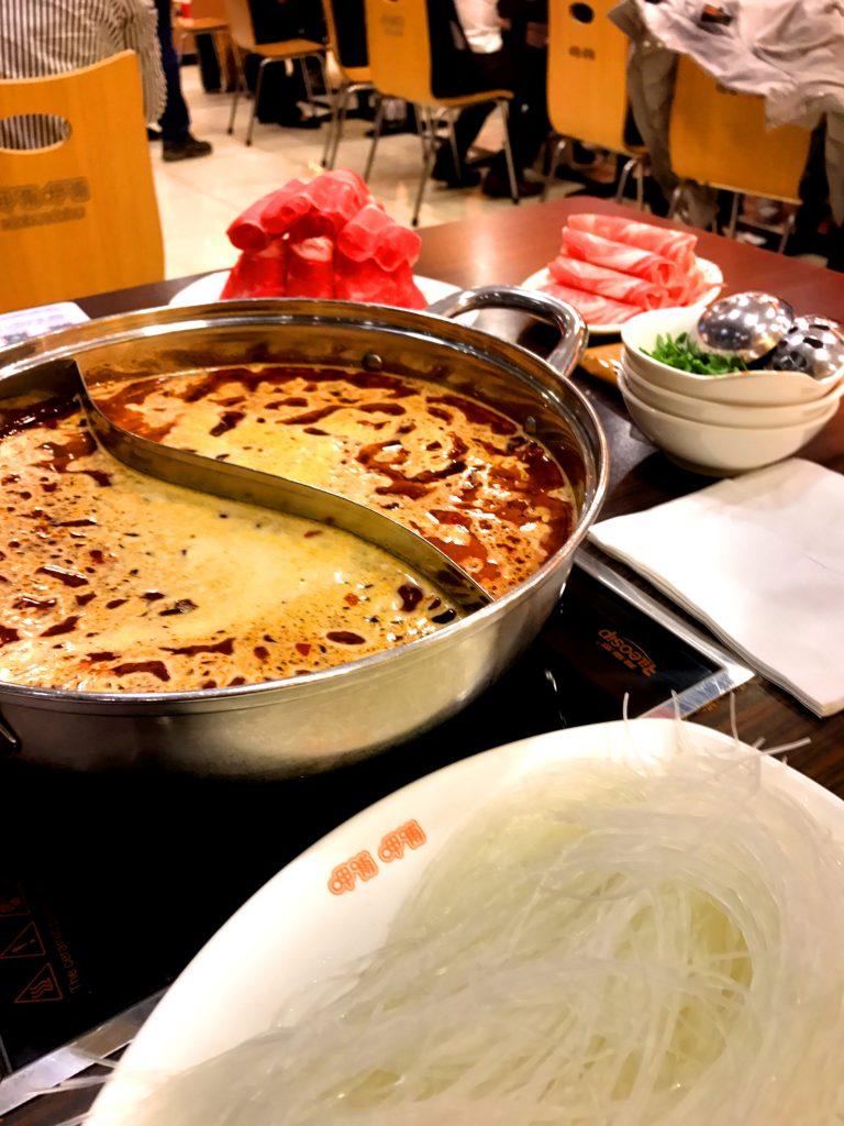 Viikon paras ruokakokemus oli hotpot; kasviksia ja lihaa dipattiin kiehuvaan maustettuun keittoon.