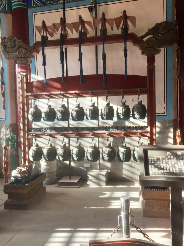 Mausoleumin sisällä oli jäljennöksiä mm. vanhoista soittimista.
