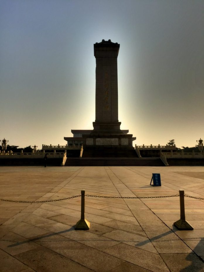 Keskellä aukiota sijaitseva lähes 40-metrinen Kansan sankareiden muistomerkki.