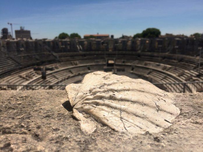 Amfiteatterin rakennusmateriaalina oli käytetty myös simpukoita, joita näkyi tiileissä siellä sun täällä.