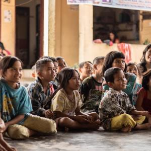 Groupe d'enfants souriants, Namu Keeling, Indonesia