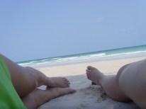 安逸的躺在沙滩上