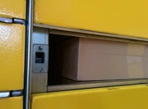Das Paket hängt am oberen Rahmen in der Packstation fest.