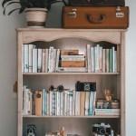 Bücherregal mit Reisekoffern
