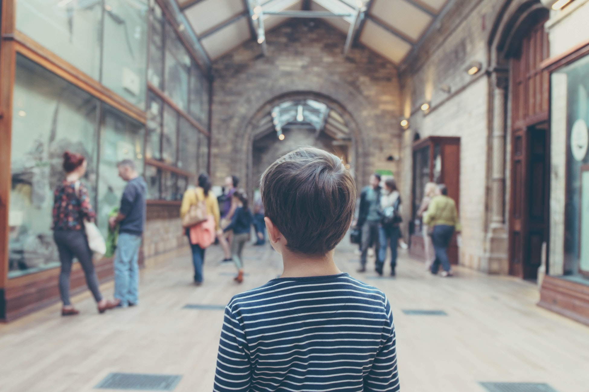 Enfant qui se cultive au musée