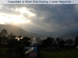 Paradise Pokhara - Ein großer See und im Hintergrund der monumentale Himalaya.
